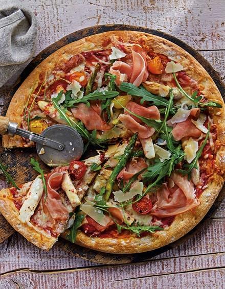 Pizza mit Spargel, Rucola, Parmesan und Katenschinken