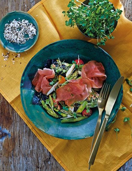Spargelsalat mit Kirschtomaten, Kräuter-Öl und Katenschinken