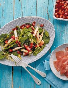 Spinatsalat mit Spargel, Erdbeeren und Katenschinken