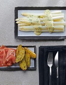 Weißer Spargel, Schnittlauch-Hollandaise, Kartoffelhälften und Katenschinken